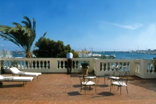 - Unique holiday villa in Palma de Mallorca, direct on teh seafront with view to the harbour to let