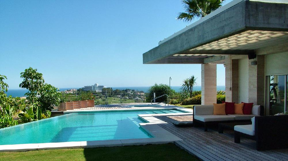 Luxury modern villa with jacuzzi large swimming pool for Piscinas para chalets